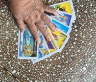 Mão em cartões de tarô Imagens de Stock
