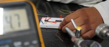 Mão em componentes eletrônicos foto de stock royalty free