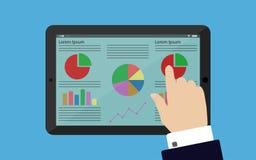 Mão em negócio tocante do terno e da camisa infographic na tabuleta Fotos de Stock