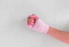 Mão enfaixada posses do homem novo Imagem de Stock Royalty Free