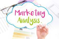 A mão escreve a análise de mercado Fotografia de Stock
