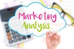A mão escreve a análise de mercado Fotos de Stock