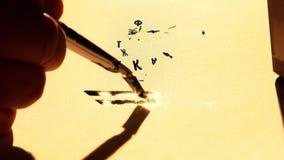 A mão escreve no papel na tinta vídeos de arquivo