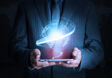 Mão esperta que guarda a tecnologia futurista da conexão da tabuleta Imagens de Stock