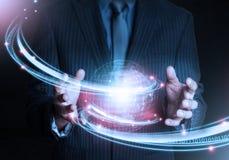 Mão esperta que guarda a tecnologia futurista da conexão do mundo Foto de Stock Royalty Free