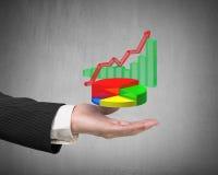 A mão esquerda que guarda o infographics 3d sobrepôs no fundo cinzento Imagem de Stock