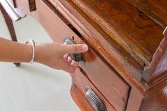 A mão está abrindo a gaveta velha Fotografia de Stock