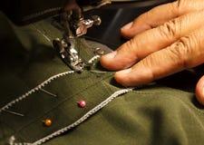 A mão está funcionando na máquina de costura Fotografia de Stock Royalty Free