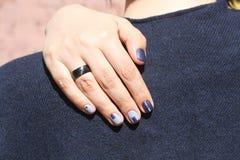 Mão fêmea bonita com tratamento de mãos extraordinário Projeto criativo do prego no azul Cores ultra à moda do verniz para as unh Imagens de Stock Royalty Free