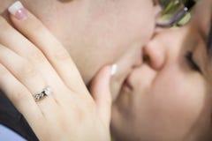 Mão fêmea com acoplamento Ring Kissing Fiancé fotografia de stock royalty free