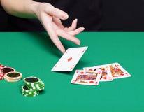Mão fêmea com combinações de vencimento de um cartão Foto de Stock Royalty Free