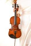 Mão fêmea com um violino exterior fotos de stock royalty free