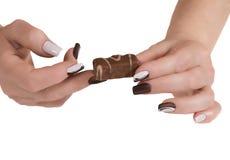 Mão fêmea com uns doces Fotografia de Stock Royalty Free