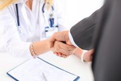 Mão fêmea da agitação do doutor da medicina como olá! imagens de stock royalty free