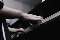mão fêmea do close-up que joga o piano de cauda imagem de stock royalty free