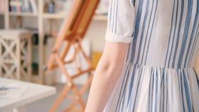 Mão fêmea do estúdio da arte da casa que toca na mesa video estoque