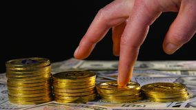 A mão fêmea em bitcoins das moedas de ouro põe o crescimento crescente, salvar o dinheiro O conceito do dinheiro virtual Moeda cr video estoque