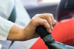 Mão fêmea em um botão do deslocamento fotografia de stock royalty free