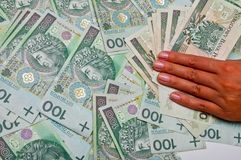 A mão fêmea está nas notas de banco Foto de Stock Royalty Free