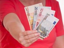 A mão fêmea está prendendo algumas euro- notas Fotos de Stock Royalty Free