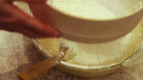 Mão fêmea farinha peneirada através de uma peneira vídeos de arquivo