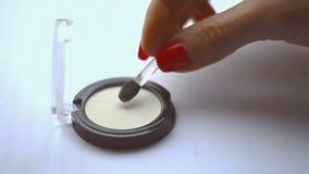 A mão fêmea faz o movimento com uma escova, e dial up vídeos de arquivo