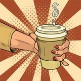 A mão fêmea guarda o copo quente do cartão com estilo cômico do café Durante uma ruptura de funcionamento bebe a bebida da energi ilustração do vetor