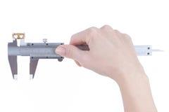 A mão fêmea mede o diâmetro da aliança de casamento Fotografia de Stock