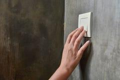 Mão fêmea, para desligar a luz, interruptor, vista dianteira imagem de stock royalty free