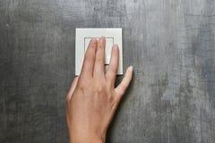 Mão fêmea, para desligar a luz, interruptor, vista dianteira fotografia de stock