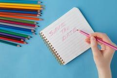 Mão fêmea pronta para contorcer-se de dor a frase no caderno Imagem de Stock