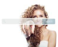 Mão fêmea que aponta para esvaziar a barra do endereço no web browser virtual Seo, mercado do Internet ou conceito do ensino à di fotos de stock royalty free
