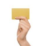 Mão fêmea que guarda o cartão plástico, close-up, entalhe imagem de stock