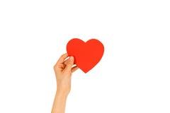 Mão fêmea que guarda o cartão vermelho vazio dos Valentim com coração em um wh Imagem de Stock Royalty Free