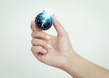 Mão fêmea que guarda o compasso fotografia de stock royalty free