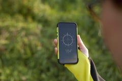 Mão fêmea que guarda o compasso digital na natureza Fotos de Stock Royalty Free