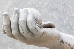 mão fêmea que guarda para fora uma maçã Fotos de Stock Royalty Free