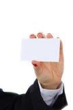 Mão fêmea que guarda um cartão vazio, isolado no fundo branco fotografia de stock royalty free