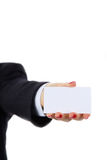 Mão fêmea que guarda um cartão vazio, isolado no fundo branco fotos de stock