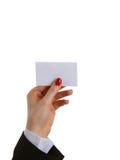 Mão fêmea que guarda um cartão vazio, isolado no fundo branco, foco seletivo Fotografia de Stock Royalty Free