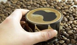 Mão fêmea que guarda um copo de café Imagens de Stock Royalty Free