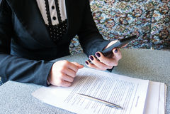 Mão fêmea que guarda um telefone Imagens de Stock Royalty Free