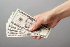 Mão fêmea que guardara o dinheiro Fotografia de Stock