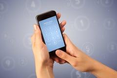 Mão fêmea que guardara Smartphone Fotografia de Stock Royalty Free