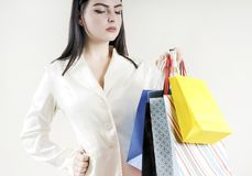 Mão fêmea que mantém o cliente colorido dos sacos de compras à moda Fotografia de Stock Royalty Free