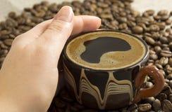 Mão fêmea que prende uma chávena de café Fotos de Stock Royalty Free