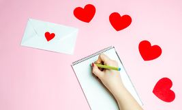 Mão fêmea que redige uma carta de amor Conceito do dia dos Valentim Cartão do Valentim do cumprimento Declaração do amor Convite  fotos de stock royalty free