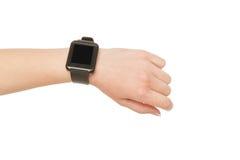 A mão fêmea que veste o relógio esperto, colheita, cortou imagem de stock royalty free