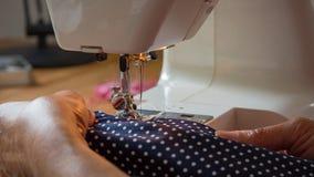 Mão fêmea usando a tela de costura da máquina de costura Imagem de Stock Royalty Free
