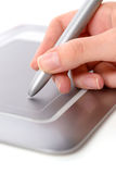 Mão fêmea, utilizando a tabuleta da pena Fotografia de Stock Royalty Free